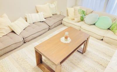 少人数の時は、1つにまとめるとスペースを広くお使いいただけます。 - 天王寺Hono 天王寺レンタルスペースほのの室内の写真