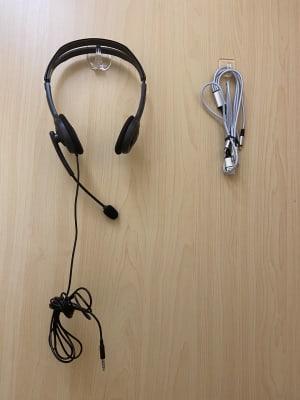 「ヘッドフォン(PC用)」「充電ケーブル」「コンセント」自由にお使いいただけます。 - BoothIn銀座 個室ブース(1)の設備の写真
