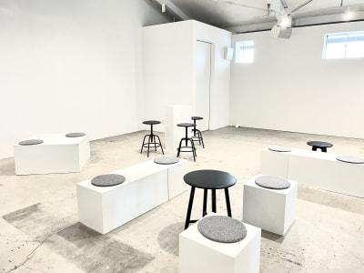 白いボックスの什器 椅子やテーブルなども貸出可能 - soko station 146 イベント・撮影スペースの室内の写真