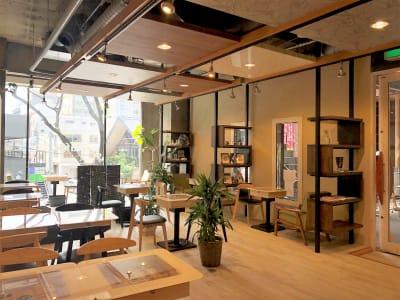 白を基調とした明るい店内。グリーンもあって心地よい空間。各テーブルにはコンセント完備しております。 - spoon cafe   多目的スペースの室内の写真