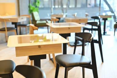 国体道路に面したビルなので利便性もよく、わかりやすいです - spoon cafe   多目的スペースの室内の写真