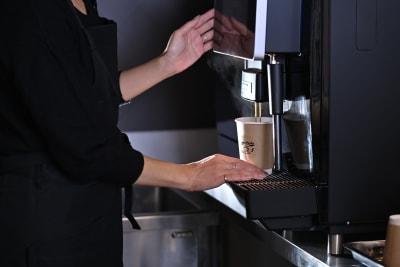 コーヒーマシンもご利用いただけます。(スタッフ在中のみ) - spoon cafe   多目的スペースの室内の写真