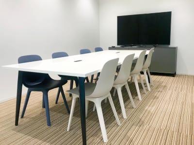 【大会議室】ホワイトボードあります。 - ATOMica 貸し会議室【3人部屋】の室内の写真