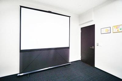 後方席の方も見やすい大型100インチスクリーンです。 - TKP神田駅前ビジネスセンター ミーティングルーム5Aの設備の写真