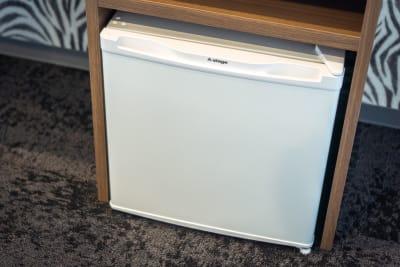 小型冷蔵庫 - どやねんホテルズ バクロ ゼブラ部屋の設備の写真
