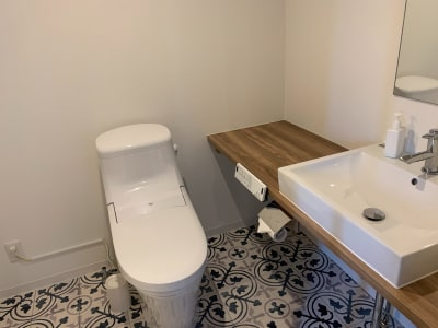 トイレ、洗面台も各部屋に設置。 - どやねんホテルズ バクロ ゼブラ部屋の設備の写真