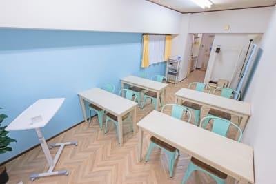 27㎡でひろびろとした空間です^^ - ブリーグ会議室 撮影・施術練習に!駅近の会議室の室内の写真