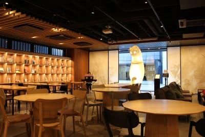 テーブル席やソファー席もあります - WeBase 京都  コワーキングスペースの室内の写真