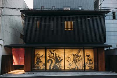 玄関にはピンク色の暖簾がかかっています - WeBase 京都  コワーキングスペースの外観の写真