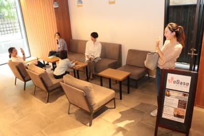 ラウンジでは軽食もご注文いただけます - WeBase 京都  コワーキングスペースの室内の写真