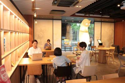 ミーティングやイベントにもご利用いただけます - WeBase 京都  コワーキングスペースの室内の写真