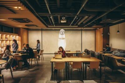 広々としたラウンジ - WeBase 京都  コワーキングスペースの室内の写真