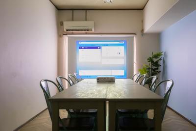 遮光カーテンにプロジェクター投影してのセミナーや会議も可能です。 - ブリーグ会議室 博多出張に!駅近27㎡・16名可の室内の写真