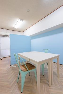 面接などの時はパーテーションで部屋を区切っての利用もできます。 - ブリーグ会議室 博多出張に!駅近27㎡・16名可の室内の写真