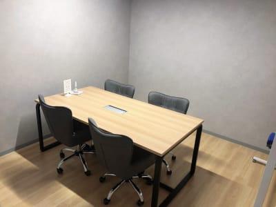 4名会議室 - いいオフィス南越谷 【天井空きあり】4名会議室の室内の写真