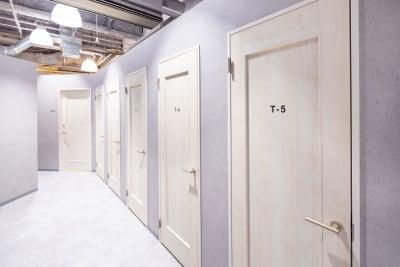 テレカンブース - いいオフィス南越谷 【天井空きあり】6名会議室の設備の写真