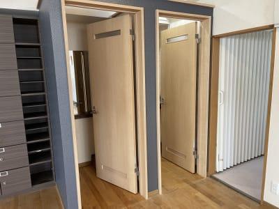 暑さ対策のミニ扇風機も設置♪ - アサノダンススクール ダンススタジオの室内の写真