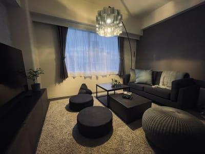 夜は夜景も綺麗です🌃 室内も一気にムーディな雰囲気に🍷✨ - SMILE+クラウン福島 パーティスペースの室内の写真