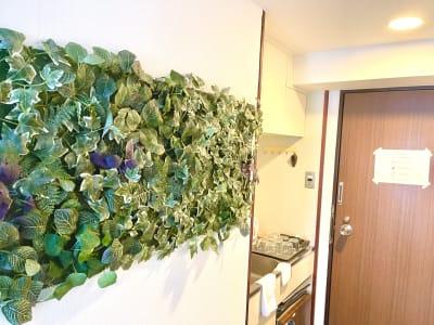 廊下は造花装飾しております。 - SS新大阪 駅出口10秒の会議室 WiFi備品全無料貸出の多目的室の室内の写真