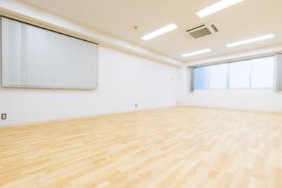 鏡面反対側は白壁とブラインドです! - レンタルスタジオ【サンタクロス】 レンタルスタジオの室内の写真