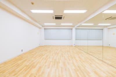 床:(2021年8月施工)ARENA FIT 気分MAXの明るい色合いで、ダンスも可能な大好評アリーナフィット仕様、防音、防振対策済みです。 ・安心:信頼の設計、国内生産品 ・安全:衝撃吸収性・抗菌性 ・運動性能:適度な反発性・防滑性 ・メンテナンス:抗菌UV樹脂コーティング  「衝撃吸収性」足腰への負荷や転倒時の衝撃を軽減 「発音低減性」静音効果で反響音を軽減 「抗菌性」屋内施設を清潔な空間に保つ 「防滑性」適度な防滑性を有す 「耐動荷重性」評価A - レンタルスタジオ【サンタクロス】 レンタルスタジオの室内の写真