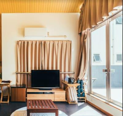 テレビ、エアコン、冷蔵庫、ケトル、クッションもございます。 - どやねんホテルズ ヤマト ちょっと風変わりな都会の秘密基地の室内の写真