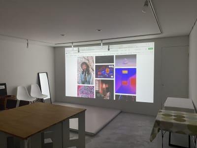 真っ白なお部屋では大画面でプロジェクターを使用できます。 - KATACHI ギャラリー付きレンタルスペースの室内の写真