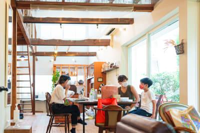 カフェスペース利用時の風景です。天井が高くて明るいので、爽やかな撮影ができます。 - KATACHI ギャラリー付きレンタルスペースの室内の写真