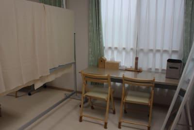 室内をホワイトボードで仕切り、半分はパウダー・お着換えルームとしてご利用頂けます - 練馬レンタルスペース「goen」 シェアスペース、シェアサロンの室内の写真