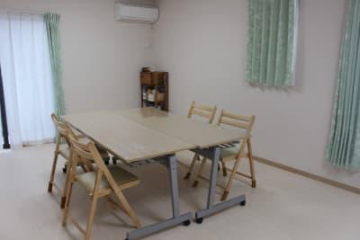 大きな作業机4大、椅子11脚あります。 - 練馬レンタルスペース「goen」 シェアスペース、シェアサロンの室内の写真