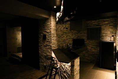 夜はBarでムーディな雰囲気を作ることもできます。(天井LEDランプを使用) - TsukijiCave 天然石リノベーション空間の室内の写真