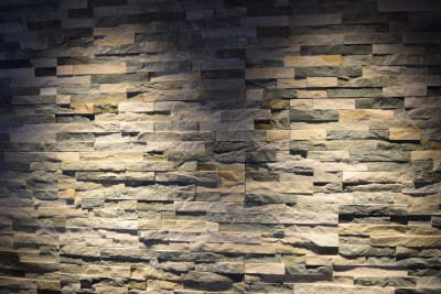 Barエリアに敷き詰められた天然石ブロック。 - TsukijiCave 天然石リノベーション空間の室内の写真
