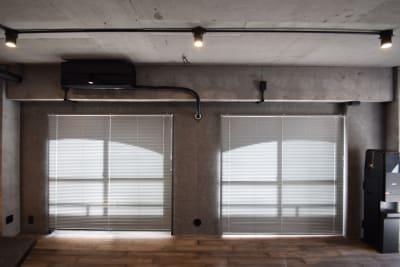 更にブラインドを閉めれば壁一面クールなグレーの背面を作ることもできます。 - TsukijiCave 天然石リノベーション空間の室内の写真