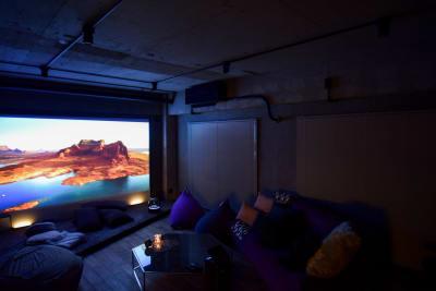 ホワイトボード×プロジェクターを使用すれば映画上映にも最適。 - TsukijiCave 天然石リノベーション空間の室内の写真