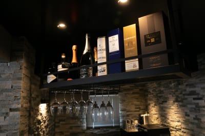 ※吊り棚配置のお酒は変わることがありますので、ご了承ください。 - TsukijiCave 天然石リノベーション空間の室内の写真