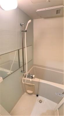 専用の浴室ありますので、トレーニングの後にお風呂に入って帰れます。 - TIME GYM24 24時間利用可能なレンタルジムの室内の写真