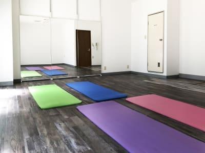 グループレッスンや座学からスタートできる、気軽な穴場スペース、レンタルスタジオULTRA。 - レンタルスタジオ ウルトラ Studio ULTRAの室内の写真