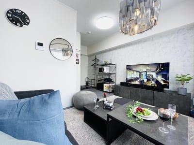 55インチ大型テレビで映画鑑賞はいかがでしょうか? - SMILE+クラウン福島 パーティスペースの室内の写真