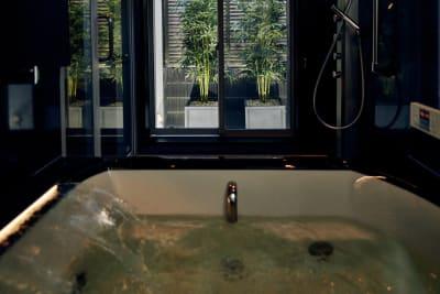 【1F】バスルーム ※オプションにて利用可能 - COTERRACE 一軒家貸切の設備の写真