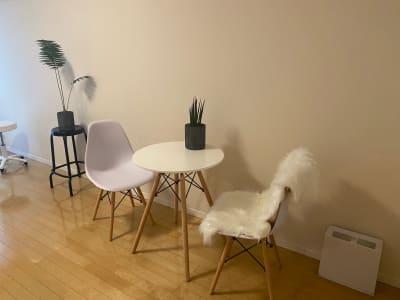 二脚いすがあります - 恵比寿西口サロン(スペース) キッチン付きレンタルスペースの設備の写真