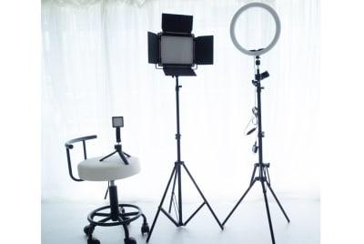 LEDビデオライト、LEDリングライト、動画撮影用マイク付きライト。撮影に便利なキャスター付きスツール。 - DOLLY新大久保 天蓋付きの姫系の撮影スタジオの設備の写真