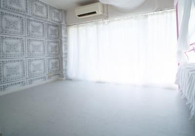 壁一面の窓にシフォンレースカーテン - DOLLY新大久保 天蓋付きの姫系の撮影スタジオの室内の写真