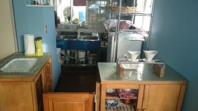 厨房設備(湯沸器、2層シンク、2口ガスコンロ+グリル、 オーブン、冷蔵庫、食器戸棚鍵配膳台、換気扇) - レンタル・サロン TAMTAM 多目的スペースの設備の写真