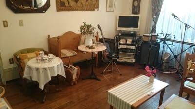 パーティー向け配置例 (壁面はピクチャーレール、天井はダクトレール、スポットライトあり) - レンタル・サロン TAMTAM 多目的スペースの室内の写真
