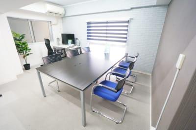 現在はデスクチェア1脚+青い椅子4脚+折りたたみ椅子1脚です。 - 【テレワーク@栄】 テレワーク@栄の室内の写真