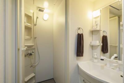 シャワー完備 - SKYレンタルジム難波店 SKYレンタルフットネスジム難波の室内の写真