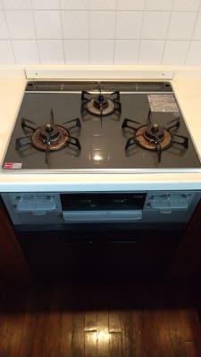 キッチンの設備は3口コンロとなります。 - 旗の台シェアハウス キッチン付きレンタルスペースの設備の写真