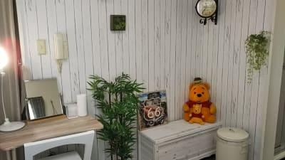 白壁のバックスペースとメイクデスク - アートキャップの写真スタジオ ポートレート撮影レンタルスタジオの室内の写真