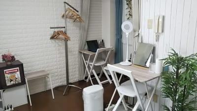 メイク用デスクとテレワーク用デスク - アートキャップの写真スタジオ ポートレート撮影レンタルスタジオの室内の写真
