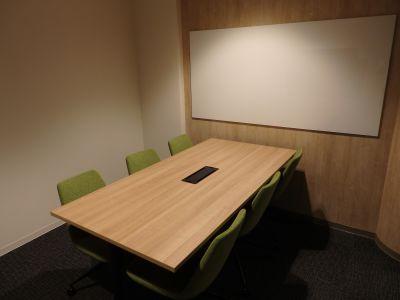 fabbit広島駅前 ミーティングルーム・6名用の室内の写真
